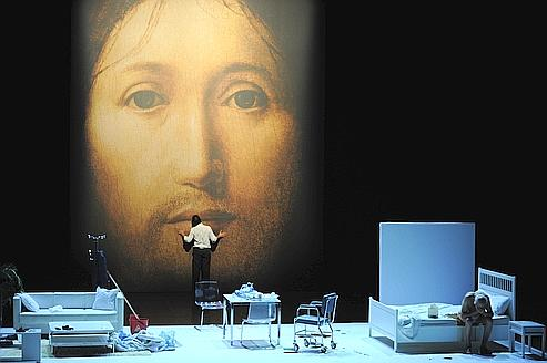 Sur le concept du visage du fils de Dieu, la pièce de Romeo Castellucci. Crédits photo : ANNE-CHRISTINE POUJOULAT/AFP